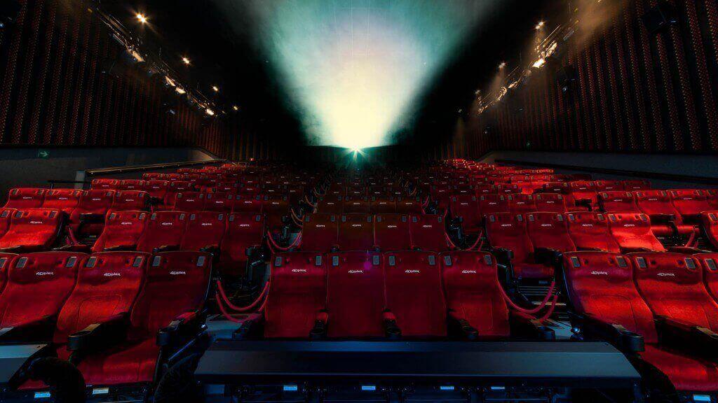 Sala di un cinema allestita con tecnologia 4DX.